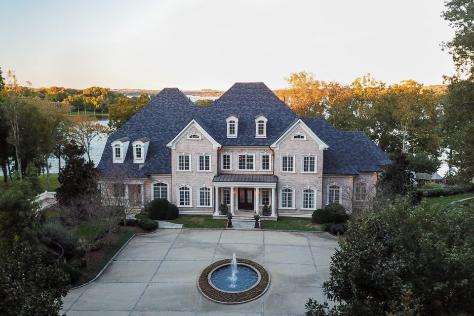 Kelly Clarkson Sells Her Gorgeous Tennessee Lake Home!
